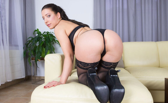 VR Porn Therese Bizarre Pulling Stockings From Juicy Pussy