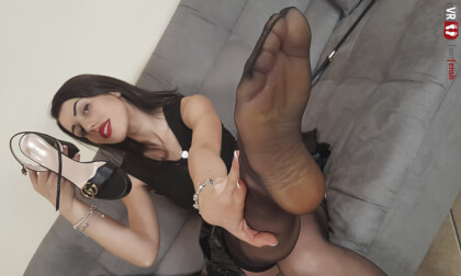 VR Porn Sensual Petra Seduces You With Her Delicious Feet