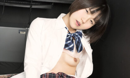 Tsugumi Mizusawa – A Schoolgirl Masturbating in an Internet Cafe Knows She's Being Watched but Doesn't Stop