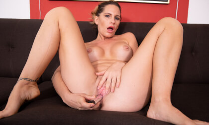 VR Porn Sexy MILF Stretching On The Couch