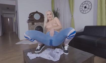 VR Porn Pissy Leggings